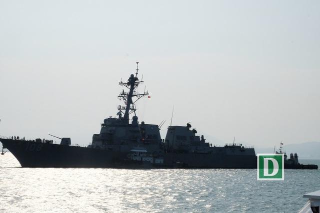 ... và tàu khu trục có tên lửa dẫn đường USS Wayne E. Meyer (DDG 108)