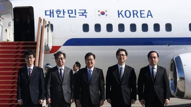 Ông Chung Eui-yong (giữa) và ông Suh Hoon (thứ hai từ trái sang) chụp ảnh cùng các quan chức trong phái đoàn Hàn Quốc tới Triều Tiên. (Ảnh: BBC)