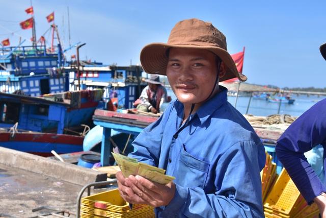 Ra khơi từ sáng sớm đến khoảng 16h cùng ngày vào bờ bán ruốc, mỗi ngư dân có thể bỏ túi từ 1,5 - 2 triệu đồng