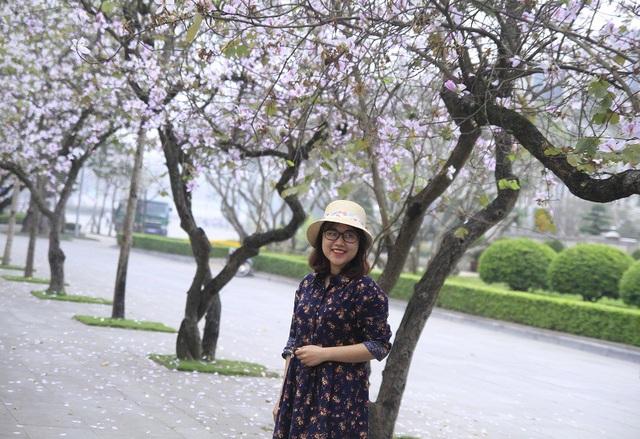 Bạn trẻ Thủ đô thích thú tạo dáng bên sắc tím hoa ban - 11