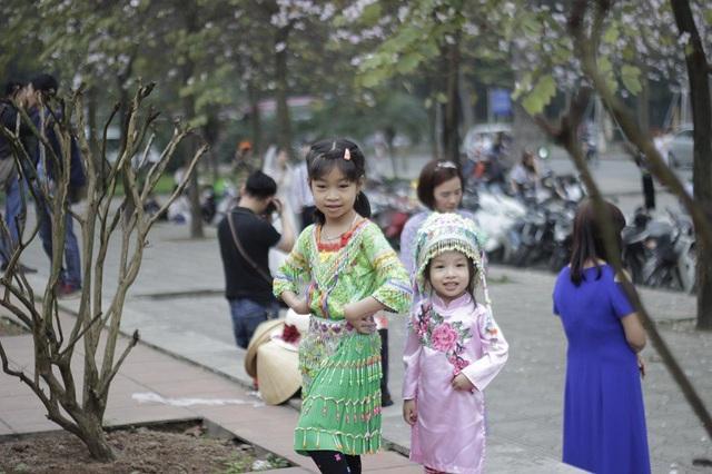 Bạn trẻ Thủ đô thích thú tạo dáng bên sắc tím hoa ban - 4