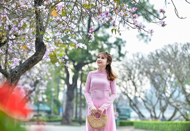 Nữ sinh 9X bên sắc tím hoa ban giữa lòng Thủ đô - 9