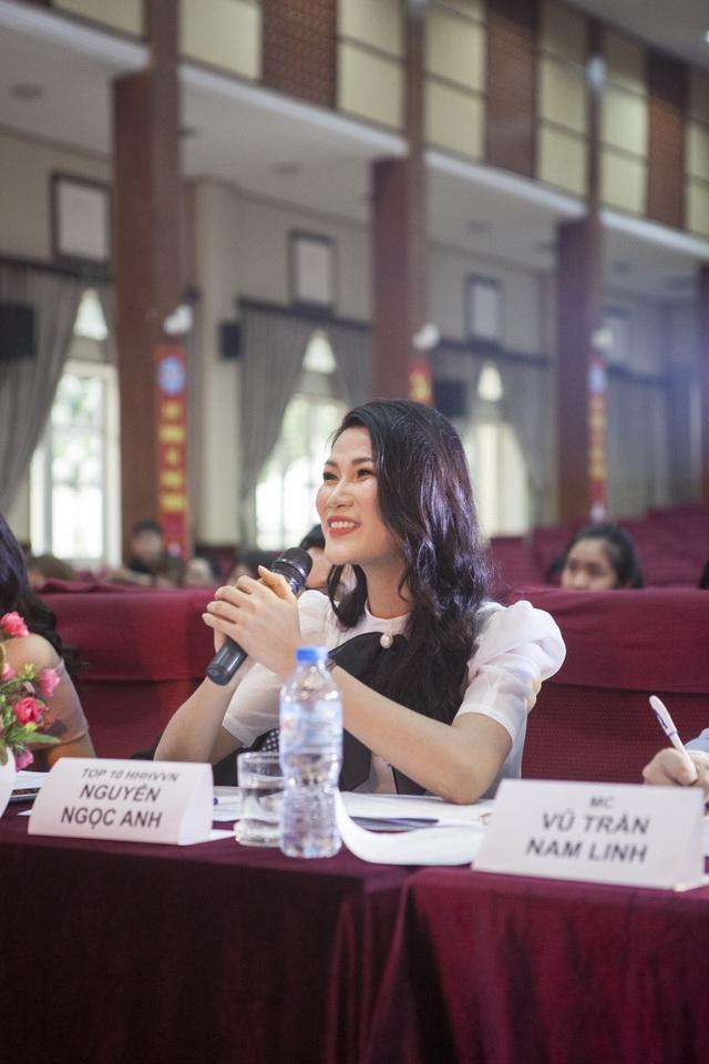 Người đẹp tươi tắn khi chia sẻ và góp ý với phần trình diễn của các thí sinh.