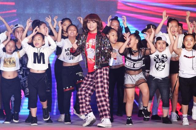 Quán quân Vietnam Idol Kids Thiên Khôi cũng tham gia biểu diễn trong chương trình.
