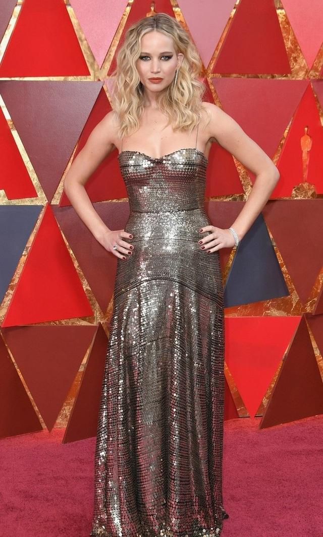 Nữ diễn viên 27 tuổi diện váy lấp lánh của nhãn hiệu Dior và trang điểm theo phong cách ấn tượng.