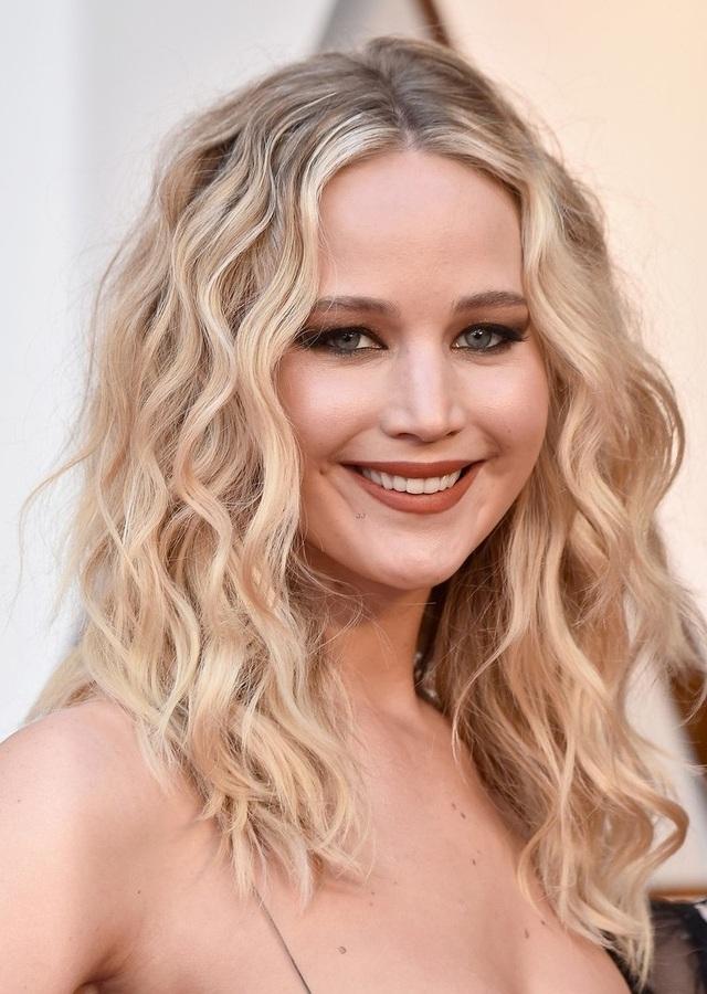 Jennifer Lawrence xuất hiện thu hút và gợi cảm tại lễ trao giải Oscar 2018, ngày 5/3.