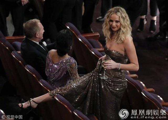 Jennifer Lawrence xách váy, trèo ghế tại lễ trao giải Oscar 2018 - 9