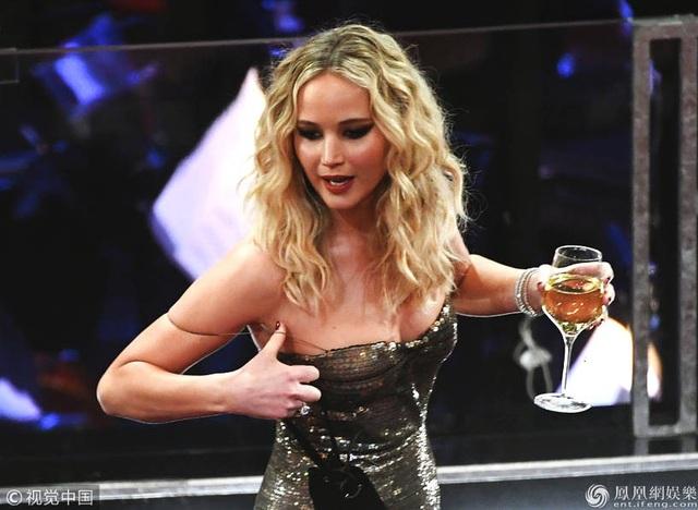 Jennifer Lawrence xách váy, trèo ghế tại lễ trao giải Oscar 2018 - 8