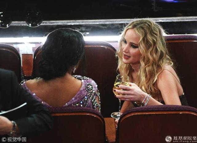 Jennifer Lawrence xách váy, trèo ghế tại lễ trao giải Oscar 2018 - 17