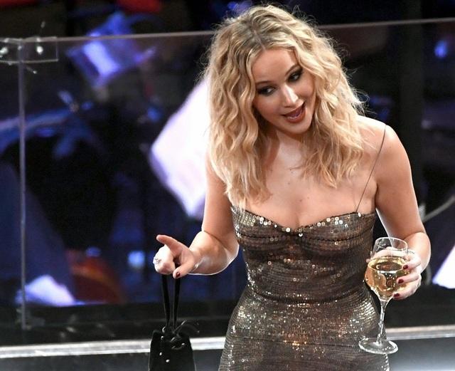 Jennifer Lawrence xách váy, trèo ghế tại lễ trao giải Oscar 2018 - 13