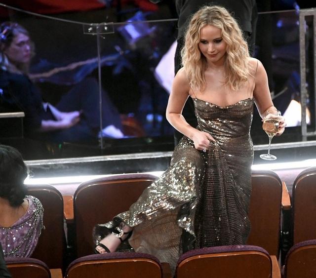 Jennifer Lawrence xách váy, trèo ghế tại lễ trao giải Oscar 2018 - 10
