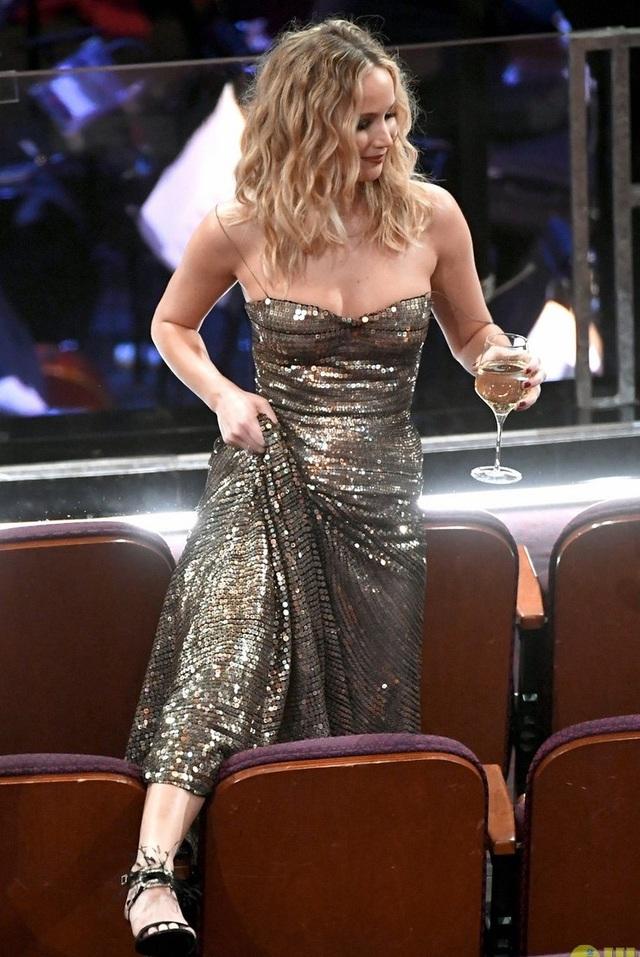 Hình ảnh Jennifer xách váy, trèo ghế để vào chỗ ngồi khiến nhiều người bất ngờ.