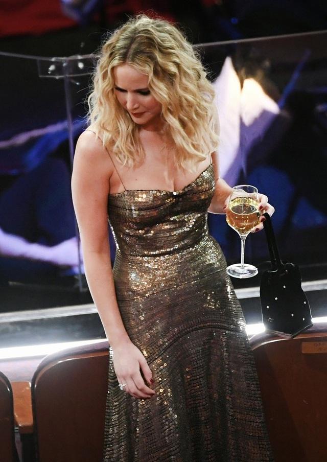 Jennifer Lawrence xách váy, trèo ghế tại lễ trao giải Oscar 2018 - 12