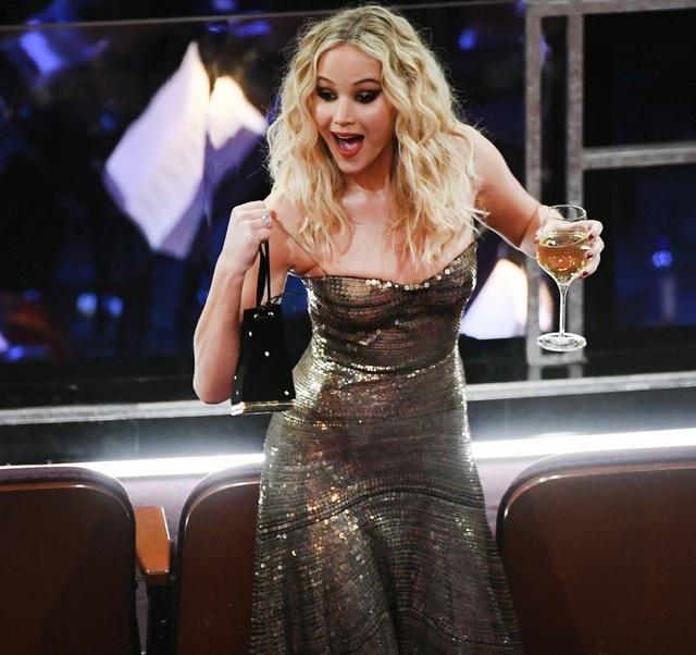 Trong những mùa giải trước, Jennifer thường gặp sự cố về trang phục. Cô từng một lần vồ ếch khi bước lên sân khấu nhận giải Oscar.