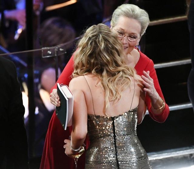 Jennifer Lawrence xách váy, trèo ghế tại lễ trao giải Oscar 2018 - 15