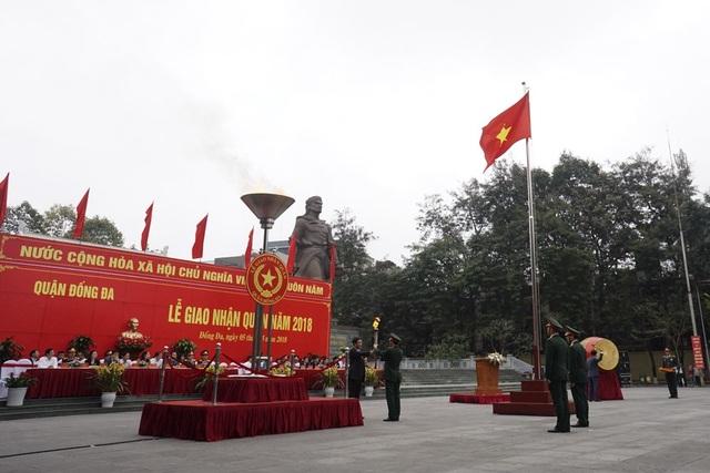 Sáng 5/3, thành phố Hà Nội đã đồng loạt tổ chức lễ giao nhận quân theo Luật nghĩa vụ quân sự. Hơn 3.000 thanh niên Thủ đô đã chính thức lên đường nhập ngũ, thực hiện nghĩa vụ thiêng liêng với Tổ quốc. Lễ giao nhận quân quận Đống Đa diễn ra trang trọng dưới chân tượng đài người anh hùng dân tộc Quang Trung - Nguyễn Huệ. Tổng số giao, nhận quân đợt này của quận Đống Đa có 99 công dân, trong đó 90 công dân thuộc Quân đội, còn lại thuộc Công an. Trong ảnh là lễ thắp lửa truyền thống.