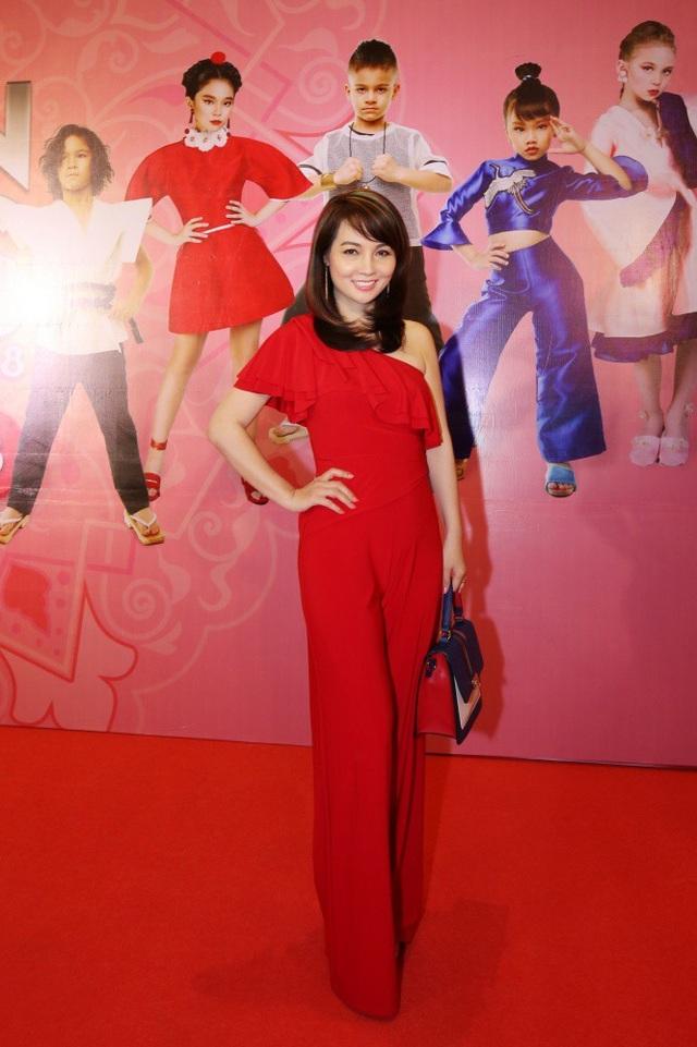 Diễn viên Mai Thu Huyền nổi bật với trang phục jumsuit đỏ rực.