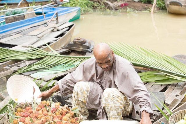 Không chỉ vậy, nam võ sĩ còn thực hiện công việc của nông dân, bán trái cây trên sông khiến khán giả vô cùng chờ đợi hình ảnh mới của anh trên võ công.