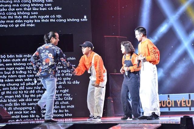HLV Lê Minh Sơn chạy lên sân khấu khi nhóm nhạc lựa chọn về đội của mình.