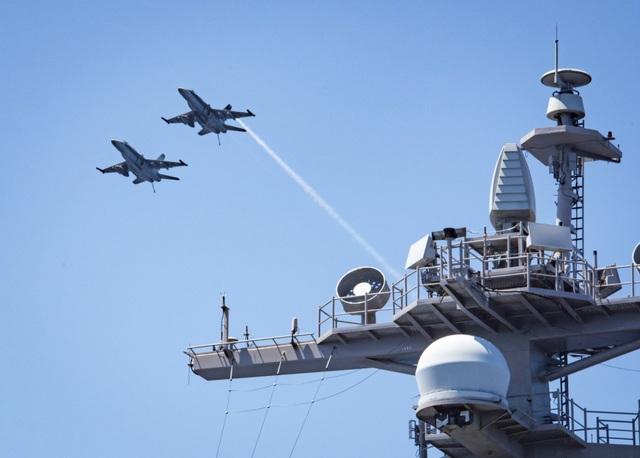 Hệ thống radar AESA APG-79 trên F/A-18 Super Hornet cho phép đồng thời tấn công đối không và đối đất.