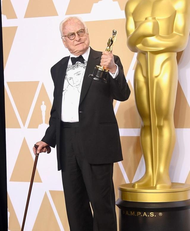 James Ivory khoe tượng vàng Oscar hạng mục Chuyển thể kịch bản hay nhất cho bộ phim Call Me By Your Name và trở thành người cao tuổi nhất giành giải trong lịch sử giải Oscar.