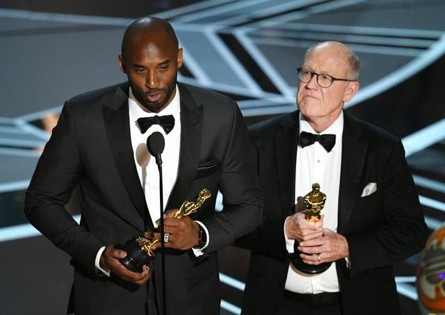 Kobe Bryant (trái) xúc động phát biểu khi nhận giải Bộ phim tài liệu ngắn hay nhất cho Dear Basketball.