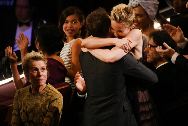Nữ diễn viên Frances McDormand xúc động khi chứng kiến người đồng nghiệp - Sam Rockwell giành giải Nam diễn viên phụ xuất sắc nhất.
