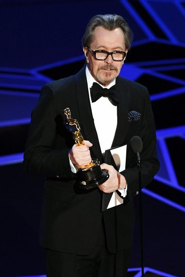 Gary Oldman nhận giải Nam diễn viên chính xuất sắc nhất của Oscar 2018.