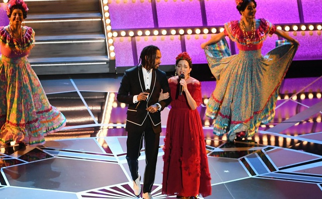 Gael Garcia Bernal, Miguel và Natalia LaFourcade trình diễn ca khúc Remember Me trong bộ phim Coco tại lễ trao giải Oscar 2018.