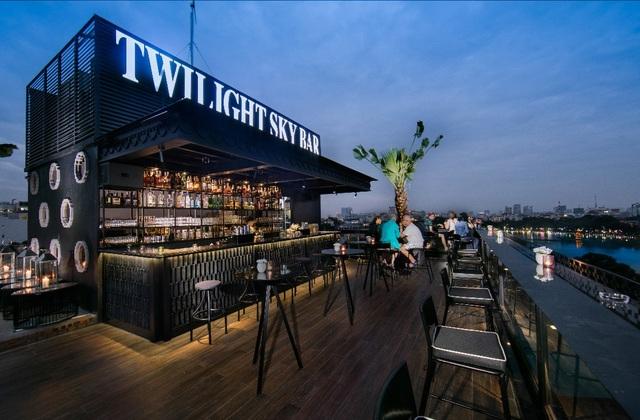 Toàn cảnh Twilight Sky Bar cùng góc nhìn tuyệt đẹp ra hồ Hoàn Kiếm