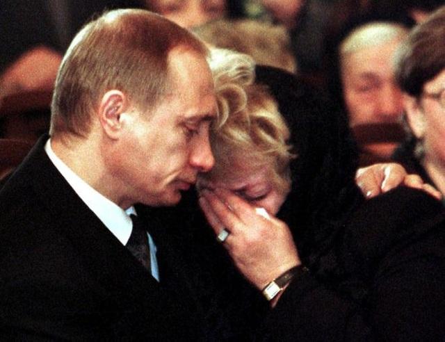 Ông Putin an ủi bà Lyudmila Narusova, vợ của ông Sobchak, trong lễ tang người thầy năm 2000 (Ảnh: Reuters)