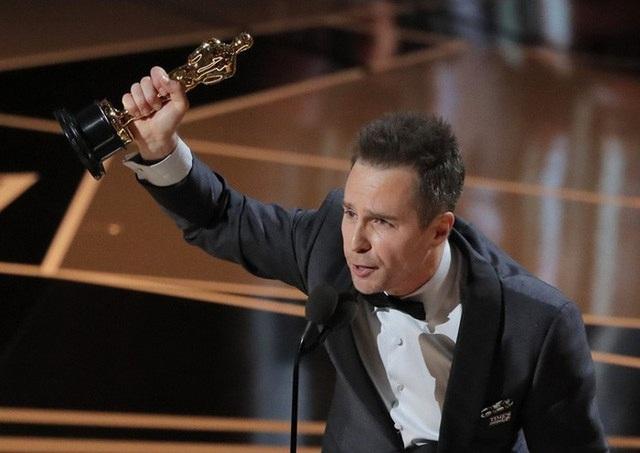 Sam Rockwell nhận giải Oscar 2018 cho Nam diễn viên phụ xuất sắc nhất.