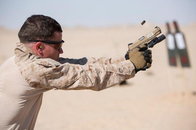 Súng ngắn M1911 sử dụng loại đạn .45 caliber từng được Lục quân Mỹ sử dụng từ Chiến tranh Thế giới thứ nhất và đang được thay thế dần bằng các loại súng mới hơn. (Ảnh: DVIDS)