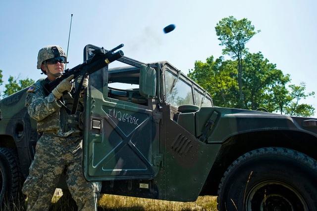 Súng phóng lựu M203 (trong ảnh) với cỡ đạn 40 mm được thiết kế để gắn kèm với súng trường tấn công M16 và M14. Tuy nhiên, hiện Lục quân Mỹ đã thay thế M203 bằng súng phóng lựu M320. (Ảnh: US Army)