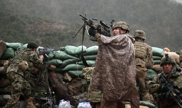 Súng máy tự động M249 (trong ảnh) cũng sử dụng đạn cỡ 5.56 mm tương tự M4 và M16 song nặng hơn và có tốc độ bắn mạnh hơn. (Ảnh: US Army)
