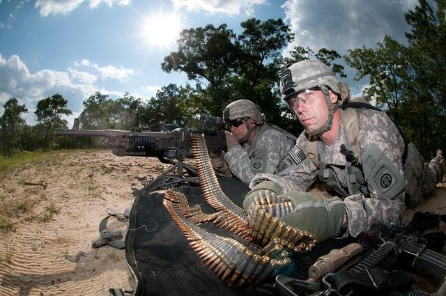 Súng máy cỡ trung M240B dùng băng đạn dây với cỡ đạn 7.62 mm. (Ảnh: US Army)