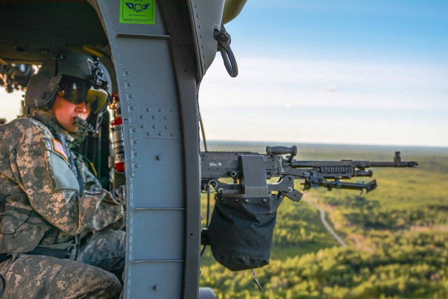 Súng máy M240H là phiên bản nâng cấp của M240D, có thể sử dụng trên máy bay và xe quân sự. (Ảnh: US Army)