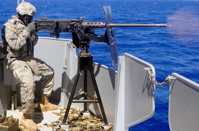 """Súng máy M2 được xem là vũ khí """"khủng"""" của Mỹ với cỡ đạn .50 caliber và tầm bắn khoảng 6.700 m. Trọng lượng của M2 cũng rất nặng, lên tới hơn 36 kg. (Ảnh: US Army)"""