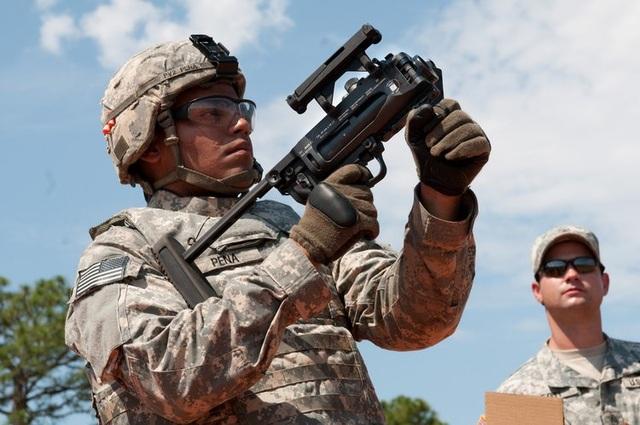M320 là súng phóng lựu mới của Lục quân Mỹ bắn đạn cỡ 40 mm. M320 có thể được gắn cùng một khẩu súng trường khác hoặc hoạt động như một hệ thống súng phóng lựu cầm tay độc lập. (Ảnh: US Army)