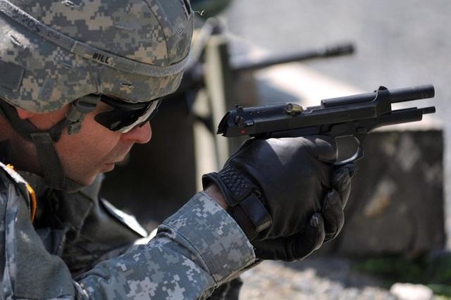 Lục quân Mỹ bắt đầu thay thế súng ngắn M1911 bằng súng ngắn M9 dùng đạn cỡ 9mm (trong ảnh) từ thập niên 80. (Ảnh: US Army)