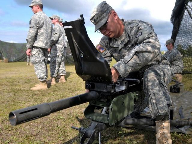 Súng phóng lựu tự động MK19 dùng đạn cỡ 40mm và có thể được gắn trên xe bọc thép hoặc hoạt động trên giá đỡ. Tầm bắn của MK19 rất xa, lên tới hơn 2.100 m, so với tầm bắn 330 m của súng M320. (Ảnh: US Army)