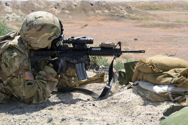 Súng trường tấn công M4 (trong ảnh) dùng đạn cỡ 5.56 mm được xem là phiên bản ngắn hơn và nhẹ hơn của súng trường M16A2. (Ảnh: US Army)