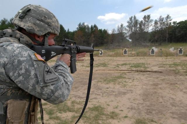 Súng trường M16A2 (trong ảnh) gần tương đồng với súng trường M4, tuy nhiên phần nòng súng của M16A2 dài hơn so với M4. (Ảnh: US Army)