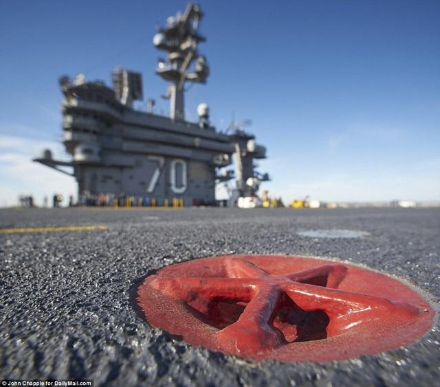 Tai móc cáp được sơn màu đỏ trên tàu sân bay USS Carl Vinson (Ảnh: Dailymail)