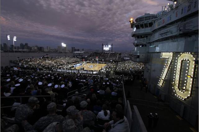 Vào ngày 11/11/2011, một trận bóng rổ sinh viên giữa hai đội Đại học North Carolina (UNC) Tar Heels và Đại học Michigan State (MSU) Spartans lần đầu tiên diễn ra trên boong tàu sân bay USS Carl Vinson nặng 95.000 tấn. (Ảnh: Reuters)