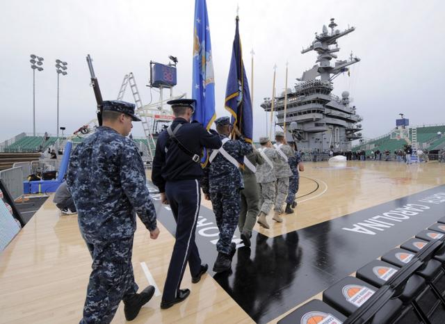 Tàu sân bay USS Carl Vinson hôm nay 5/3 bắt đầu có chuyến thăm chính thức tới Việt Nam. Các thủy thủ trên tàu sân bay Mỹ dự kiến sẽ có các trận đấu bóng đá và bóng rổ với các thủy thủ Việt Nam trong chuyến thăm kéo dài 4 ngày. (Ảnh: Getty)