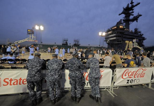 Trận bóng rổ được tổ chức nhân Ngày Cựu chiến binh Mỹ (11/11) để tri ân những quân nhân đã và đang phục vụ trong quân đội Mỹ. (Ảnh: AP)