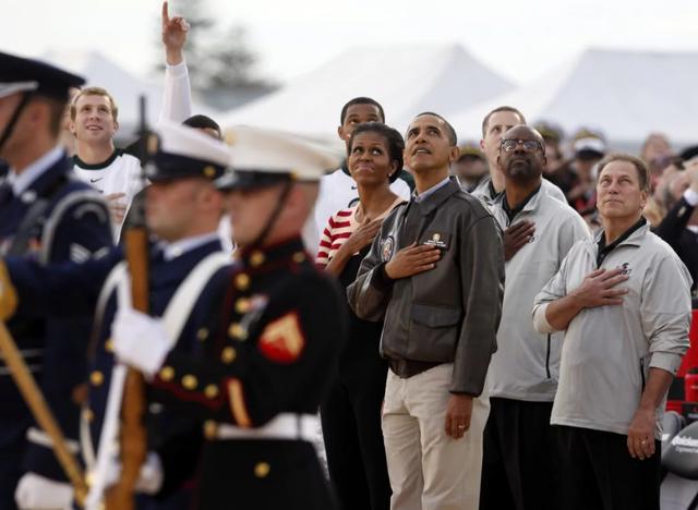 Cựu Tổng thống Mỹ Barack Obama và phu nhân Michelle là hai trong số 8.111 khán giả theo dõi trận thi đấu giữa hai đội North Carolina và Michigan State trên tàu sân bay USS Carl Vinson. (Ảnh: Reuters)