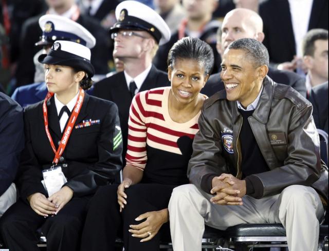 Việc tổ chức trận thi đấu bóng rổ trên boong của một trong những tàu sân bay uy lực nhất của Mỹ mang nhiều ý nghĩa. Phát biểu trước khi bắt đầu trận đấu, cựu Tổng thống Obama nhắc lại rằng USS Carl Vinson chính là con tàu từng tham gia cuộc truy lùng và tiêu diệt trùm khủng bố Osama bin Laden. (Ảnh: Reuters)