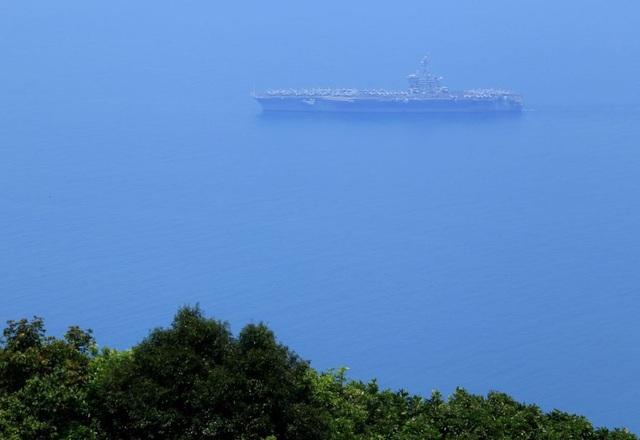 Hãng tin Channel News Asia dẫn lời phát ngôn viên Hải quân Mỹ Tim Hawkins cũng nhấn mạnh rằng, chuyến thăm sẽ góp phần củng cố hơn nữa quan hệ hợp tác giữa hai nước. Ông Hawkins cho biết, đây là một cơ hội để cả hai bên học hỏi lẫn nhau. Hoạt động này chủ yếu nhằm trao đổi, giao lưu văn hóa, ông Hawkins nói. Trong ảnh: Tàu sân bay USS Carl Vinson cập cảng Tiên Sa, thành phố Đà Nẵng sáng 5/3. (Ảnh: AP)